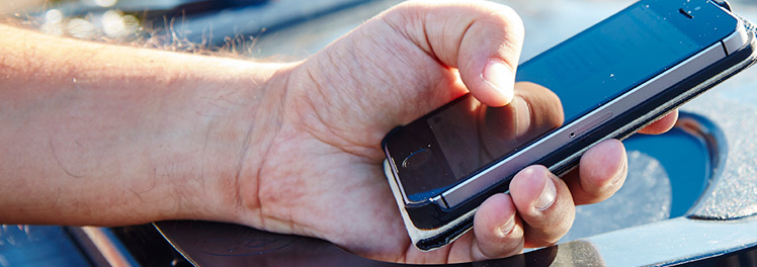 Person som håller mobil