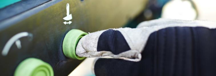 Hand trycker på grön knapp