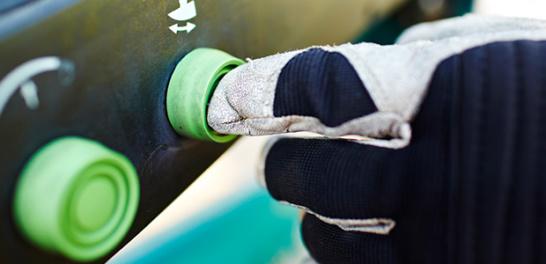En grön knapp som trycks ner