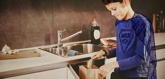 Matavfall ska du sortera ut och lägga i godkända matavfallspåsar från NSR