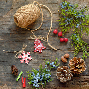 Dekorera med inspiration från naturen med till exempel kvistar, kottar och bär