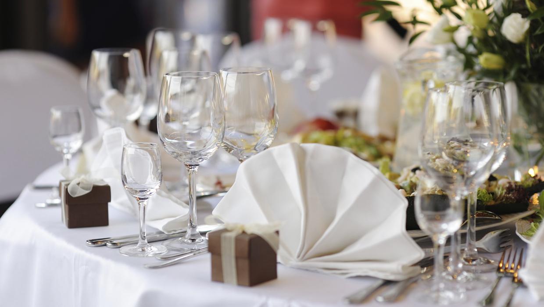Bord med bröllopsdukning